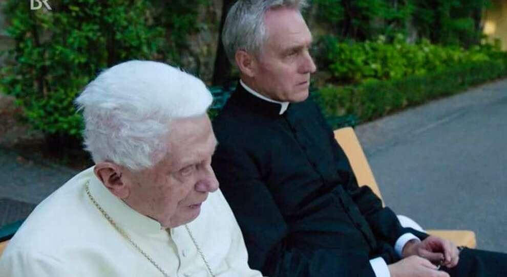 Benedetto XVI, la vita del papa emerito ai tempi del Covid: non cammina più ma segue le notizie in tv