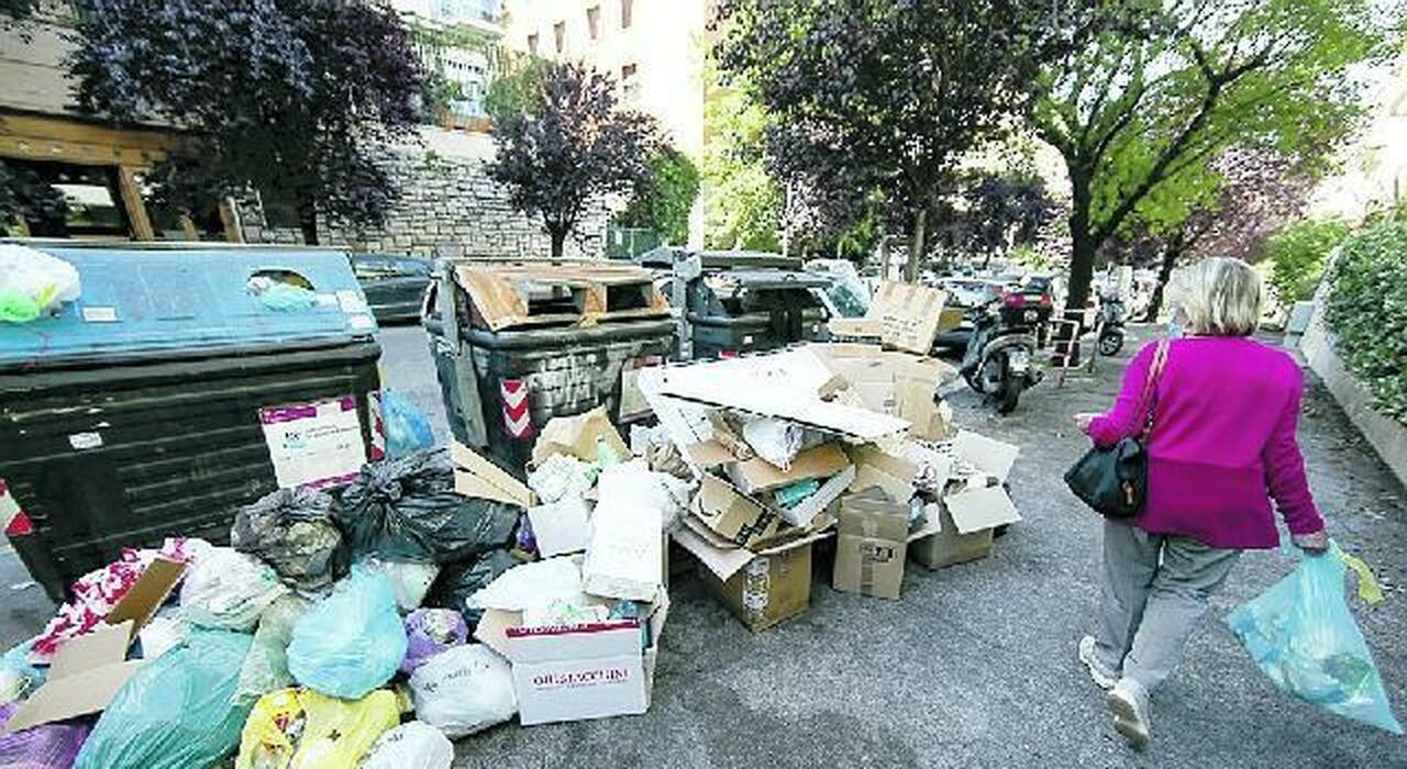 Rifiuti Roma, no da tre regioni all'immondizia della Capitale: senza sito è emergenza