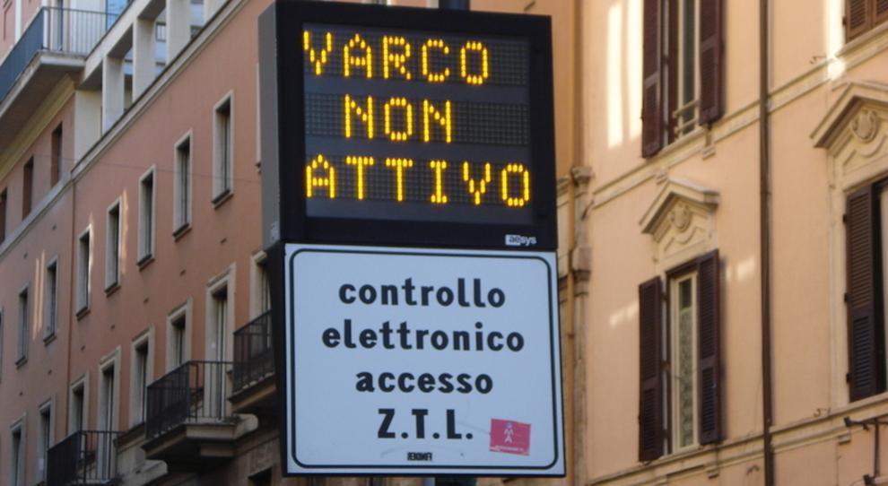 Zona rossa a Roma, Ztl aperta fino a Pasquetta e restano i bus notturni: negozi chiusi