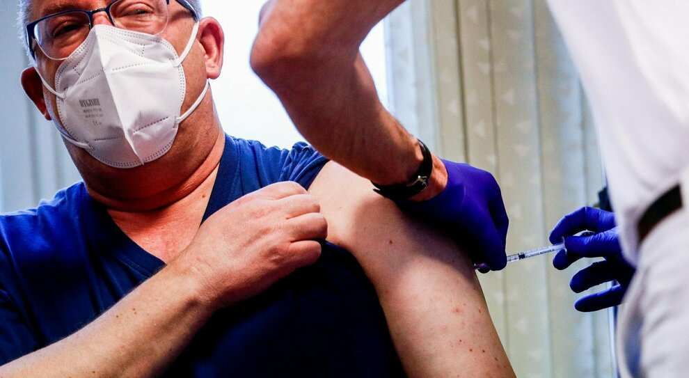 Prenotazioni Pfizer Roma, recuperate 100.000 dosi: così si riparte (con il richiamo a 35 giorni)
