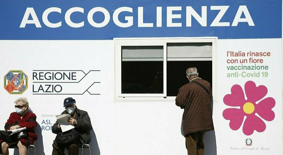 Vaccini Lazio, l'allarme della Regione: «Poche le dosi extra». E i nuovi hub non partono