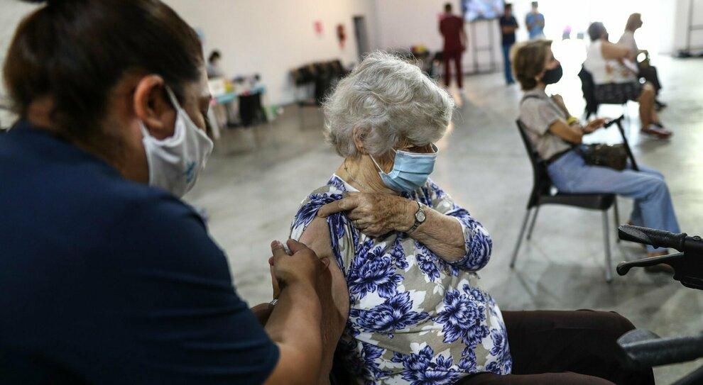 Vaccini, perché serve immunizzare gli anziani: «Così mortalità abbattuta del 90%».
