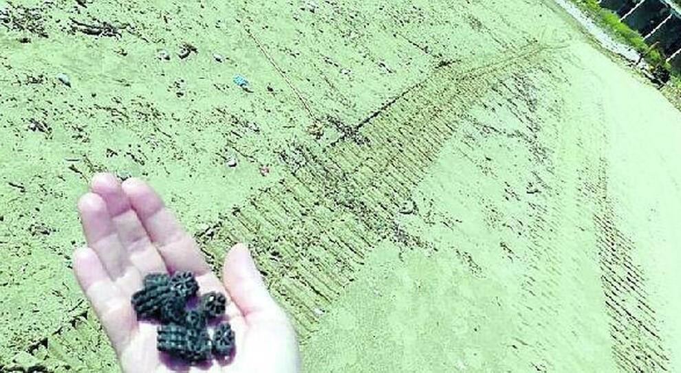 Formia, il mistero dei dischetti sulla spiaggia: trovate nuove rotelline nere, parte l'esposto in Procura