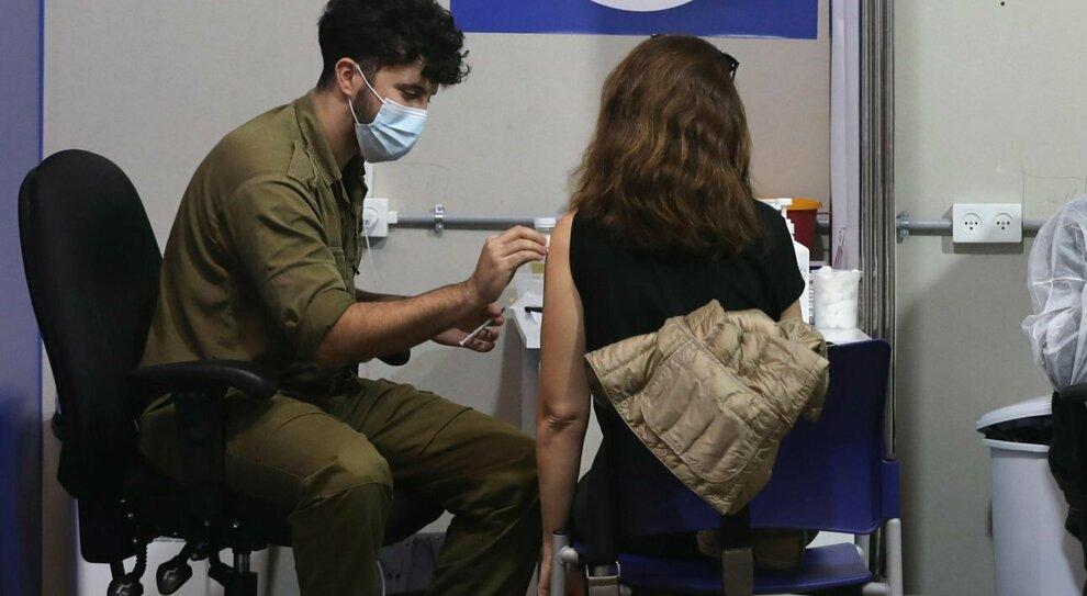 Vaccino Covid, l'esperto: «Non impedisce la trasmissione del virus, avanti con mascherine e distanziamento»