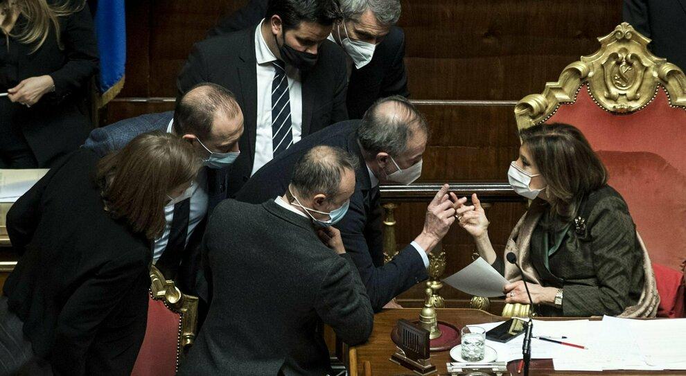 Senato, caos su voto Ciampolillo. Casellati: «Ho già chiuso la votazione». Ma poi chiede di vedere il video