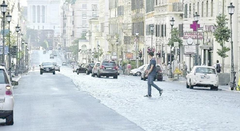 Roma, la beffa di via Nazionale: rattoppi sui sampietrini. Rivolta contro la ciclabile