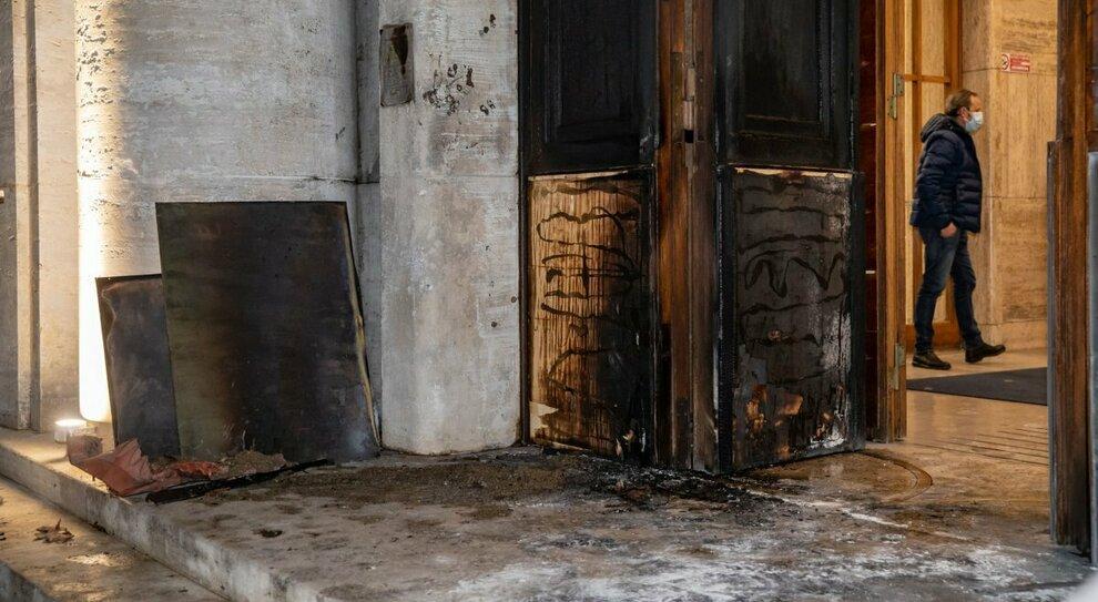 Istituto superiore di Sanità, il portone dato alle fiamme: l'ipotesi di un gesto anti-chiusure