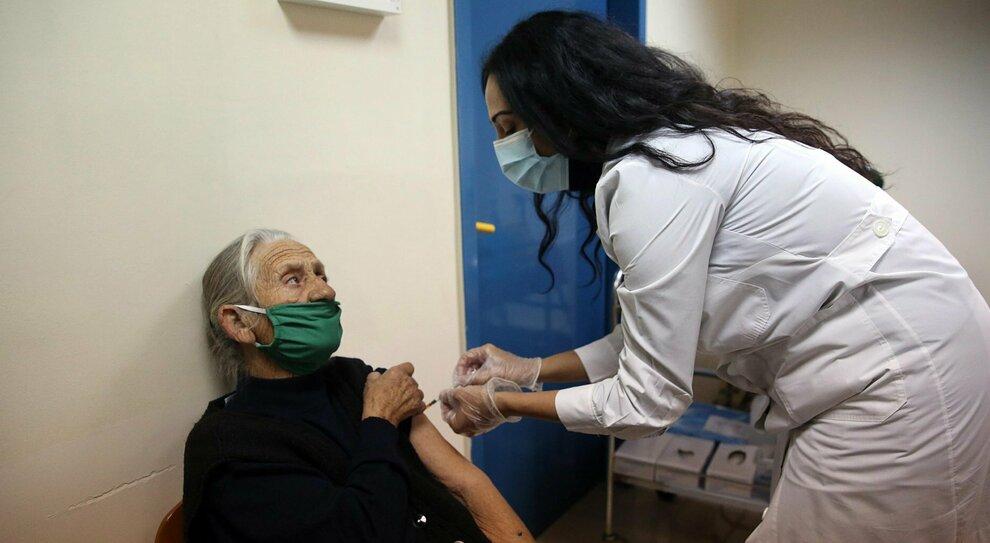 Vaccino, canti e balli per festeggiare la prima dose nella Rsa di Bari: 28 contagiati tra operatori e ospiti
