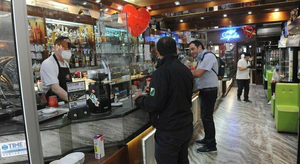 Italia zona bianca, dal 1° giugno ristoranti al chiuso poi coprifuoco alle 24: ma si studiano nuove regole