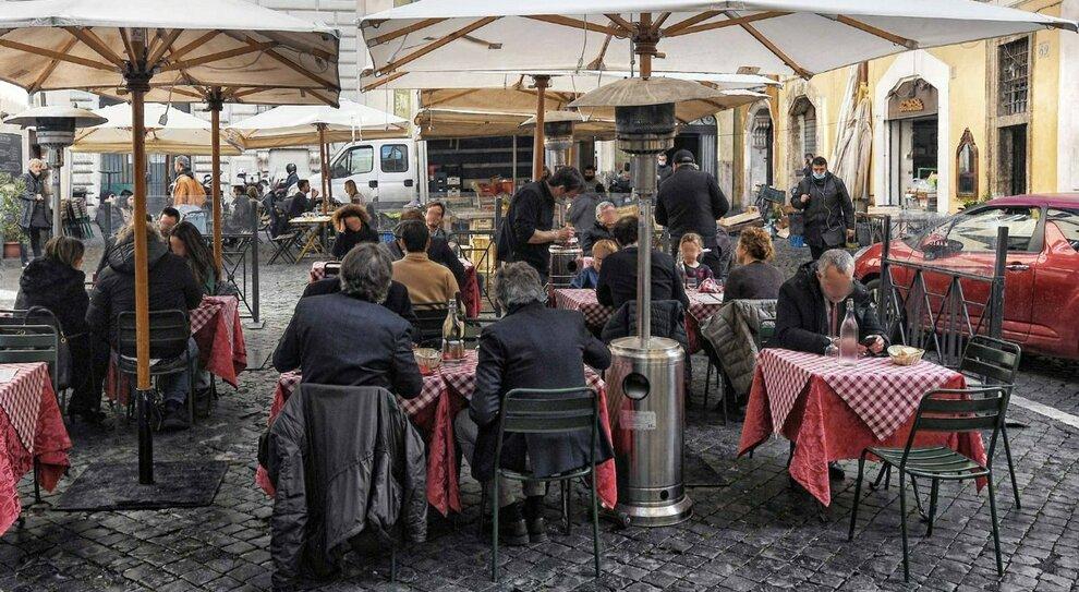 Ristoranti e bar Roma, isole pedonali nei Rioni: piano del Comune per aumentare gli spazi esterni