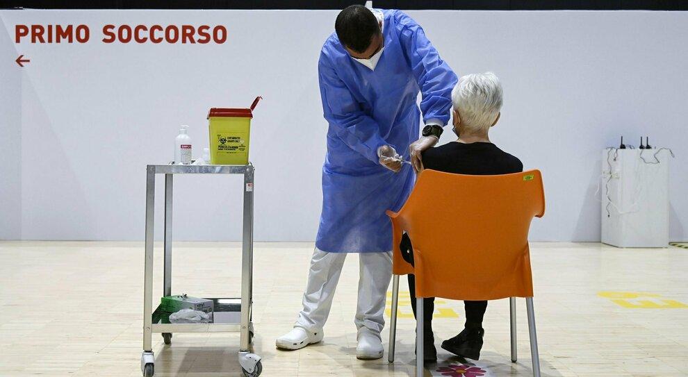 Vaccini a Roma: assenteisti e indisciplinati, il flop dei vaccinatori di Arcuri