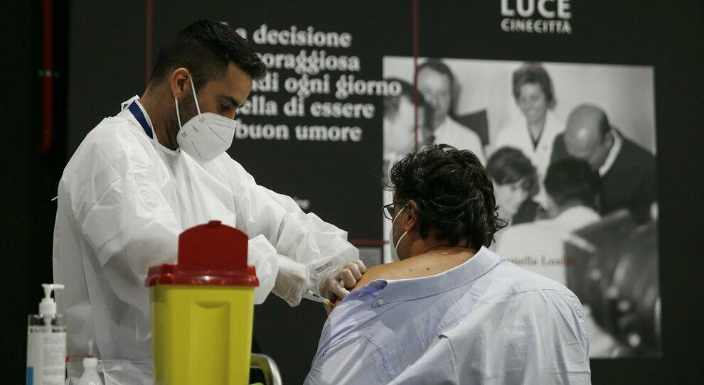 Covid, in 50 mila spostano il domicilio nel Lazio: «Ci si vaccina prima»