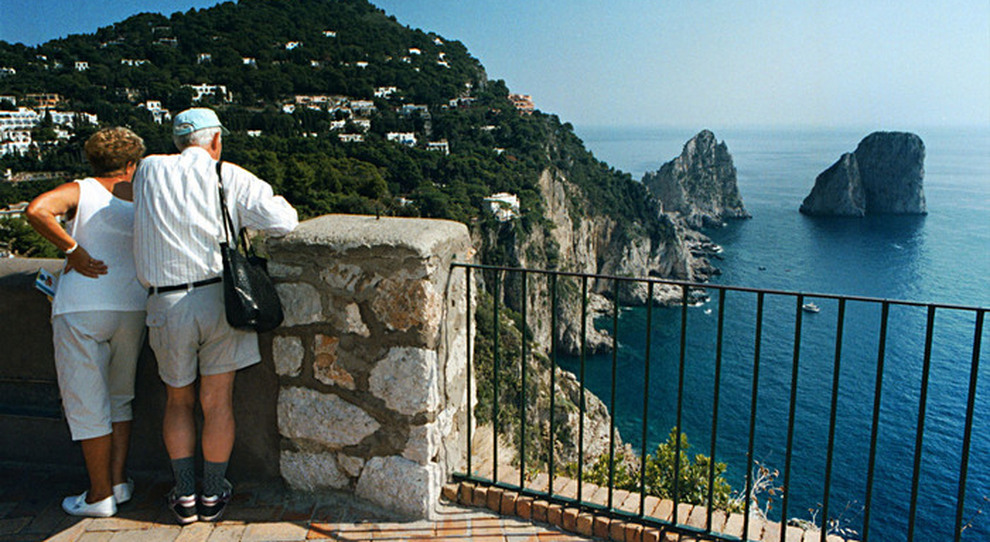 Tamponi e App ai turisti estate blindata per Capri