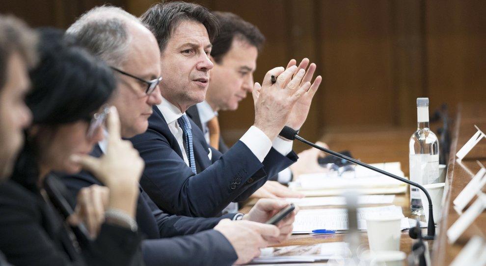 Governo, battaglia sui transfughi. Il premier prova a spaccare Iv. Renzi: «Se fallisce, salta lui»