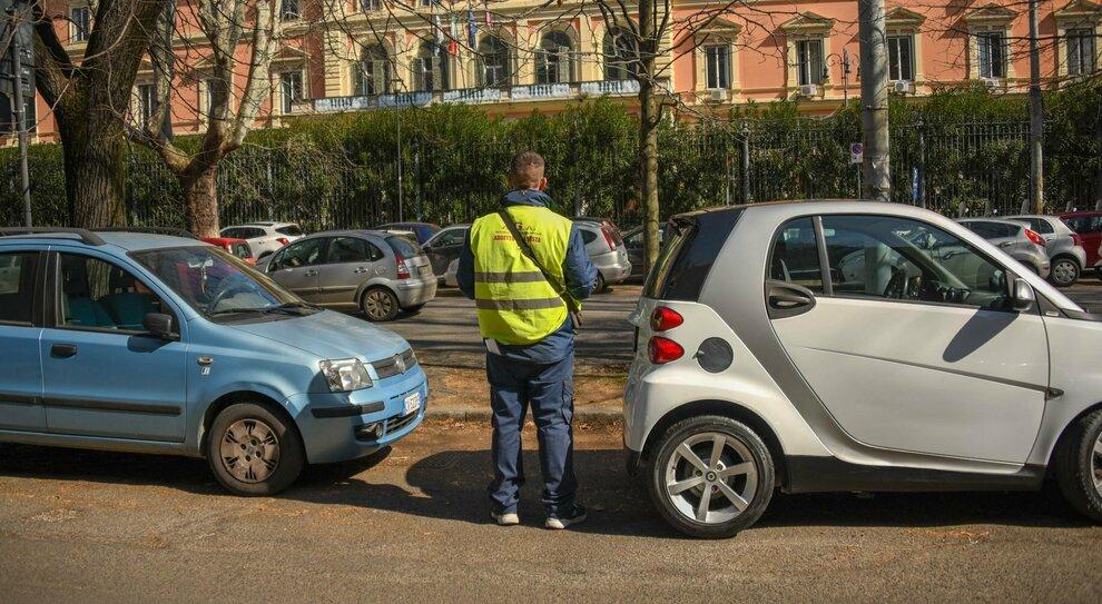 Roma, strisce bianche da pagare: ritornano i posteggiatori con licenza