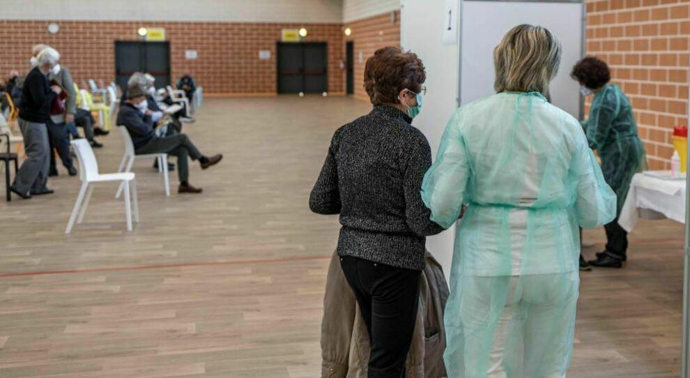 Prenotazione vaccini Lazio, 60-61enni da domani: lista dei centri e i moduli