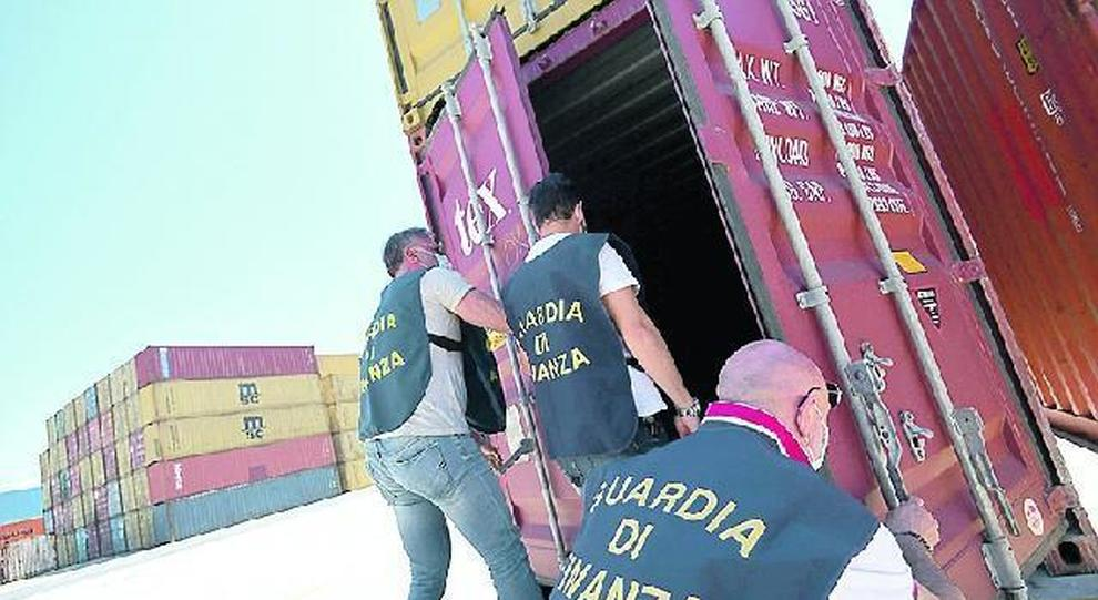 La guardia di finanza ispeziona i container (Foto Giobbi)
