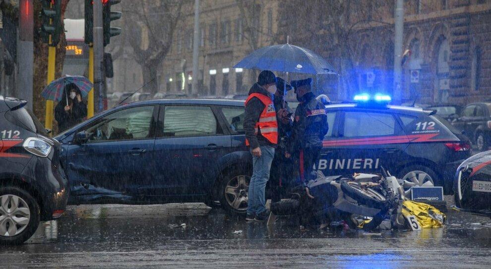 Roma, passa in moto con il rosso: investito e ucciso dal vigile sulla Nomentana. «Quello è l incrocio della morte»