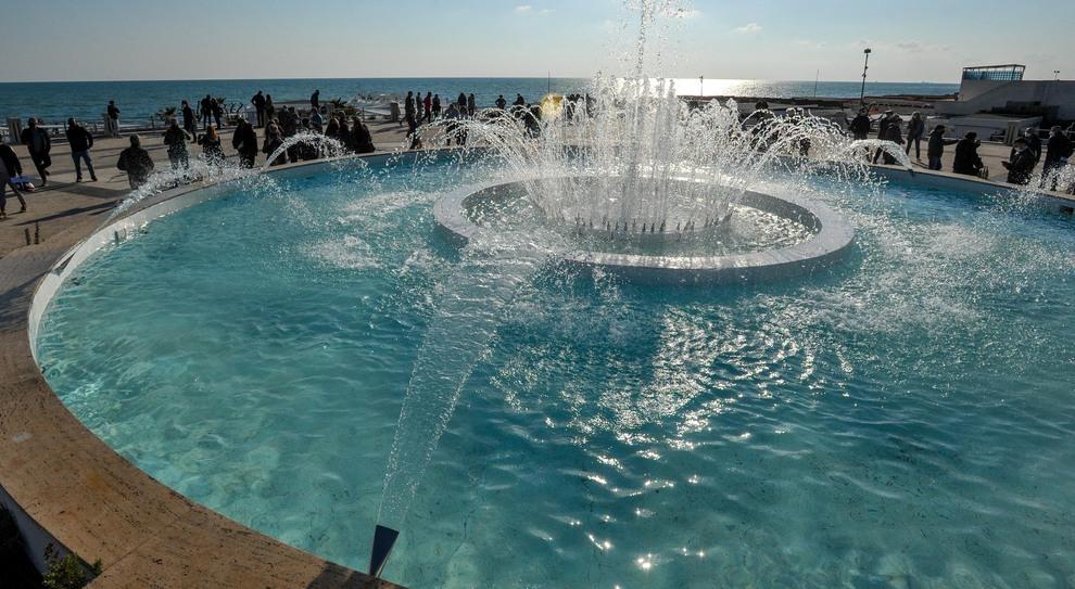 Ostia, la fontana di nuovo in funzione dopo 5 anni: giochi d'acqua e led
