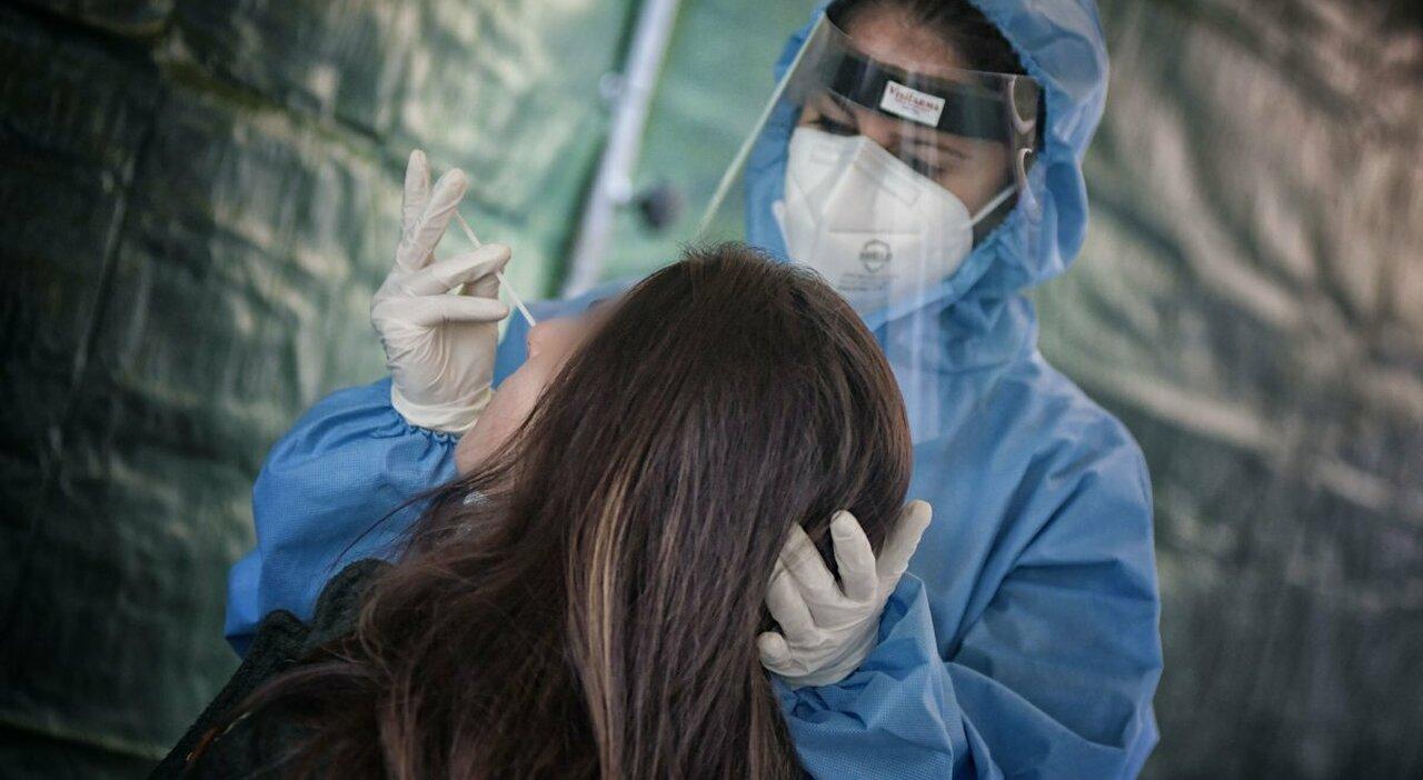 Roma, boom di tamponi fai da te per sfuggire al tracciamento: allarme dei medici. Le farmacie: stop alla vendita