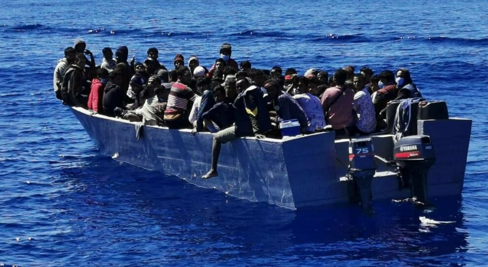 Lampedusa, sbarchi: Covid-hotel per i migranti. l'Italia: ricollocarli nella Ue