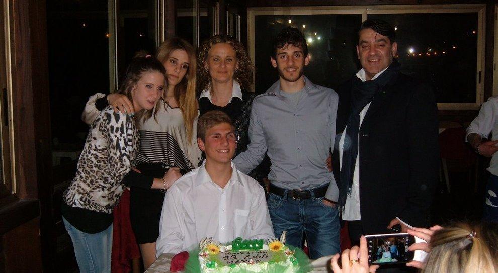 La famiglia Ciontoli con Viola Giorgini al centro e Marco Vannini seduto davanti alla torta