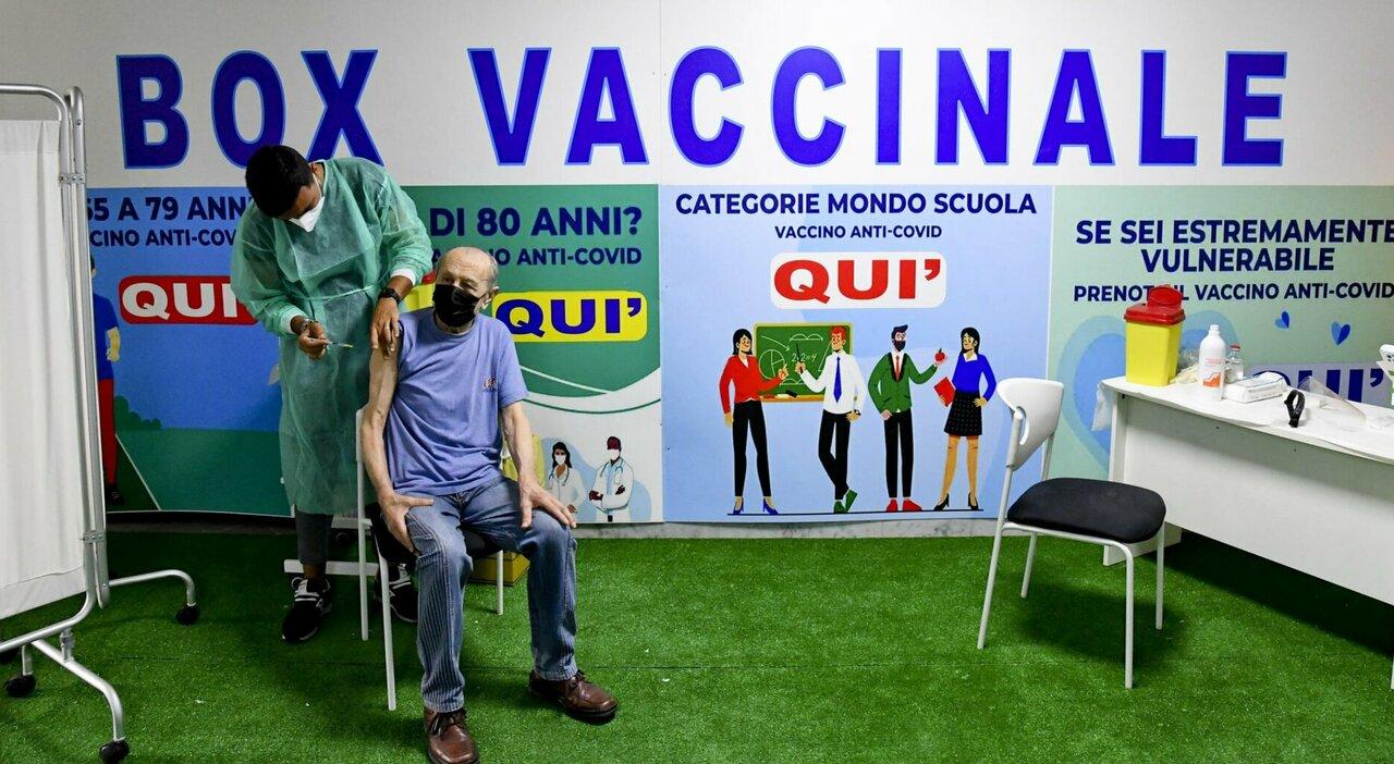 Vaccini, la campagna rallenta: prime dosi ormai dimezzate