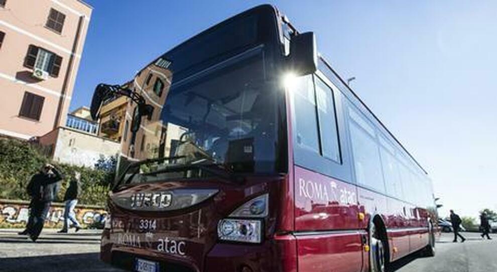 Roma, 64enne sul bus a Garbatella con un coltello: panico a bordo