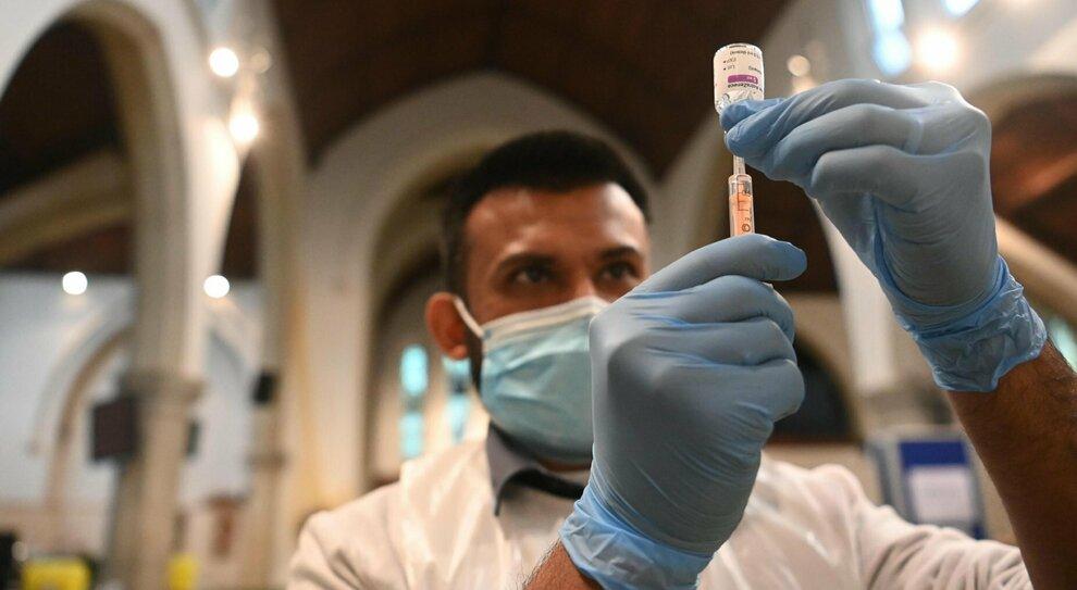 Vaccino Lazio, mancano 500mila dosi: rinvio per gli under 60