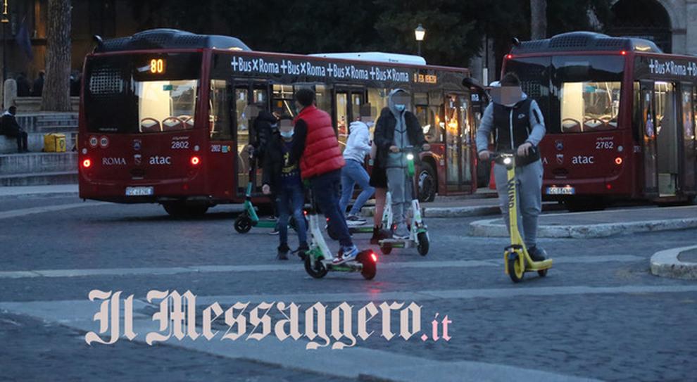 Roma, monopattini: folli acrobazie in Centro. La gara è in mezzo ai bus