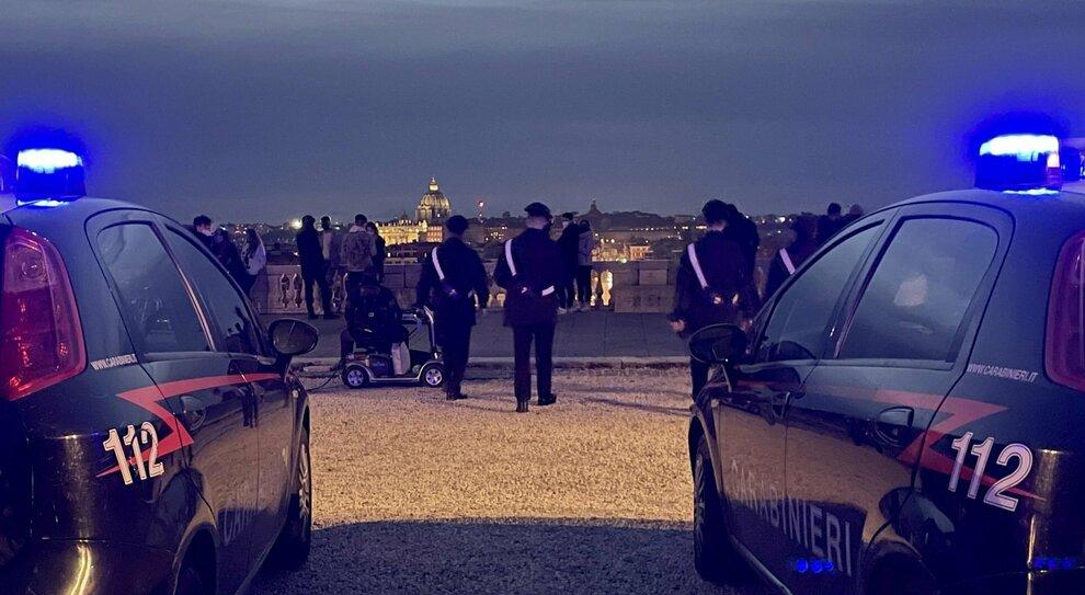 Roma, nuova rissa al Pincio: botte tra minorenni, tutti senza mascherine