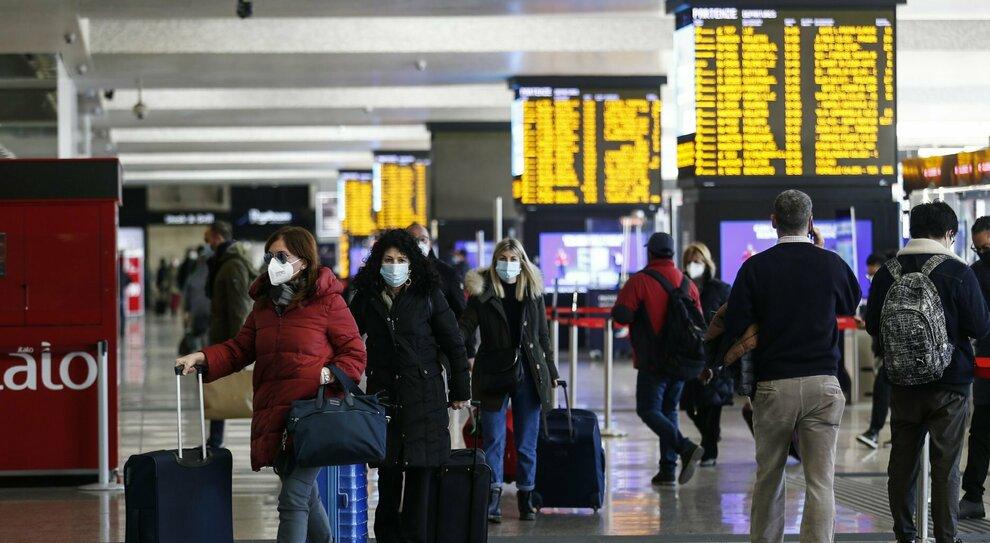 Stazioni, aeroporti, acquisti: cresce l'allarme per il weekend. Rischio esodo, più controlli sulle strade