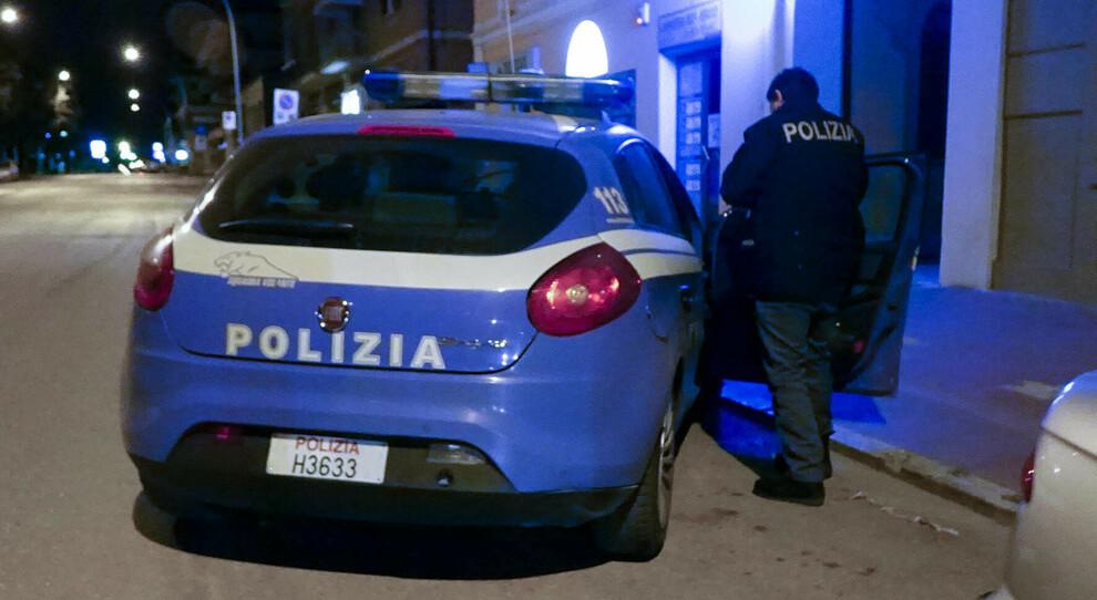 Roma, tabaccaio picchiato e rapinato in casa dalla gang di finti poliziotti: paura a Colli Aniene