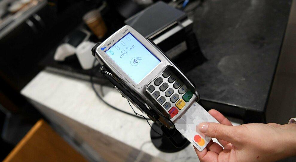 Cashback a metà, verso il blocco del superpremio: bonus da 1.500 euro congelato fino a dicembre