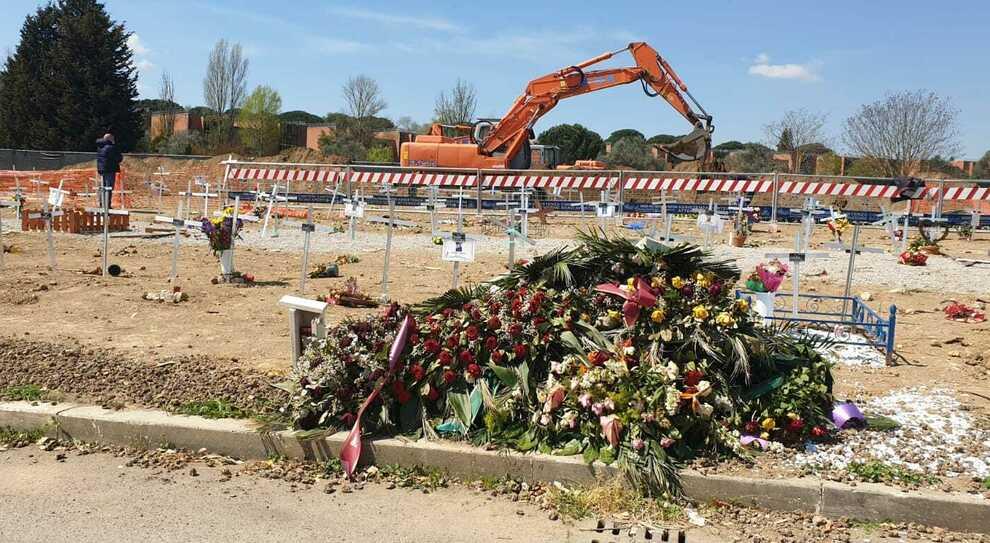 Roma, a Prima Porta il caos delle sepolture: «Posti esauriti a fine mese». Centinaia di salme in attesa