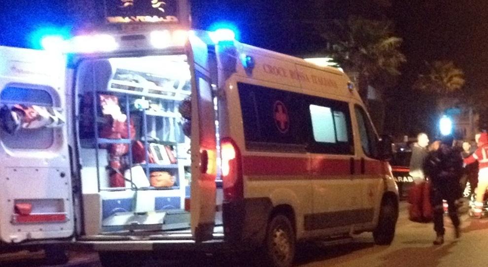 Ortona, giovane cade dalla moto, scivola e sbatte il capo contro un'auto: è grave