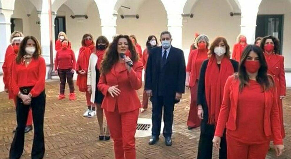 un flashmob nel chiostro dell Abbazia di San Giuliano, per dire no alla violenza contro le donne