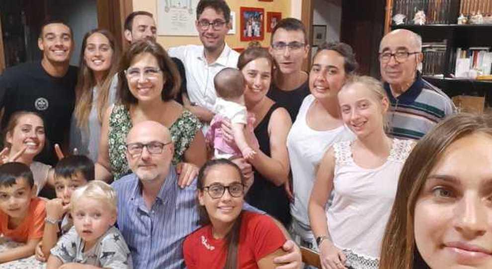 Coronavirus, la famiglia De Vincenzi: «Ecco come viviamo l'isolamento con nove figli, il nonno e il cane»