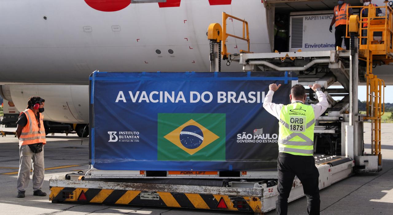 Brasile, vaccinate 2,2 milioni di persone in un solo giorno: è record. Allo studio ben 19 varianti