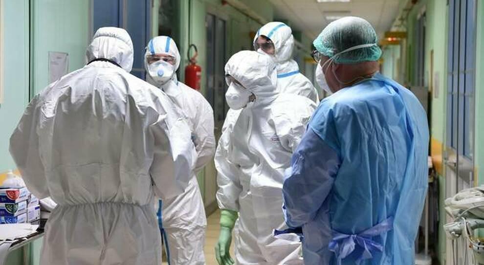 Covid, torna l incubo contagi per medici e infermieri: 5.032 positivi in 2 mesi