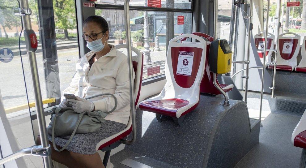 Fase 2, le regole su bus e metro a Roma: marcaposto, contapersone e niente multe. Ma si potrà saltare la fermata