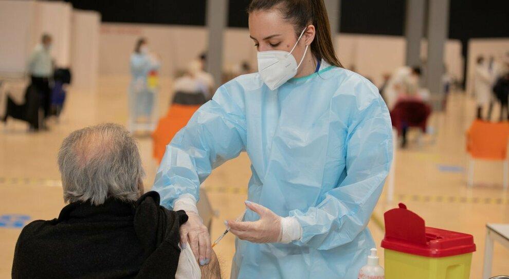 Vaccino: allergie, diabete, asma: chi può farlo (e chi no)? Tutte le risposte dell'Aifa