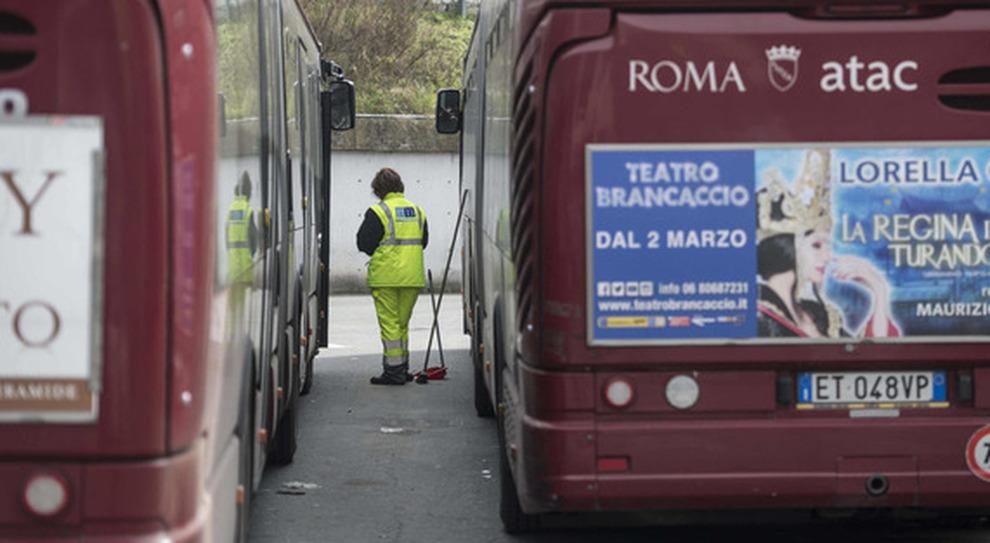 Autobus dell Atac in attesa di pulizie e sanificazioni