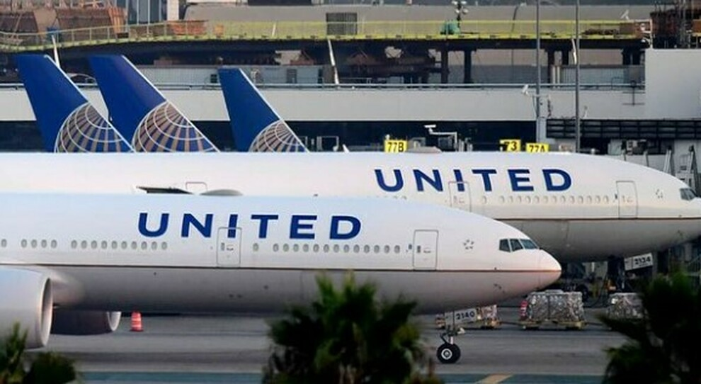 Covid, si sente male sull'aereo da Orlando a Los Angeles, poi muore: «Positivo, ma si era imbarcato lo stesso»