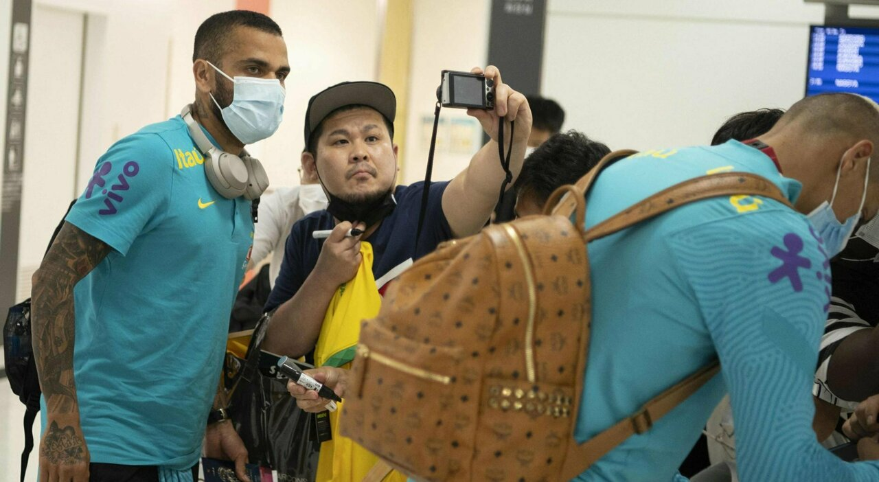 Dani Alves, selfie con un tifoso giapponese all'arrivo a Tokyo