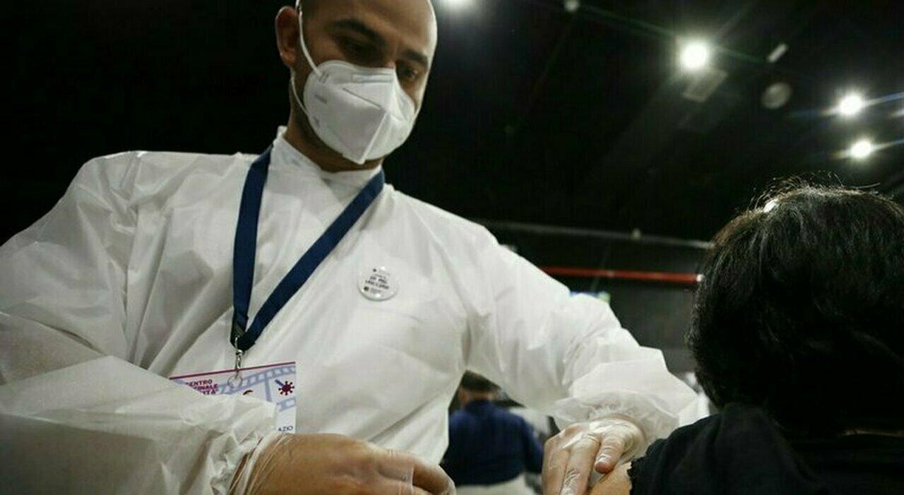 «Doppio vaccino o niente lavoro»: Confindustria spinge sul governo