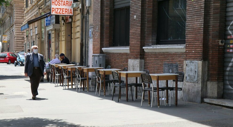Roma, il flop dei tavolini all'aperto: «Incassi fermi senza turisti»