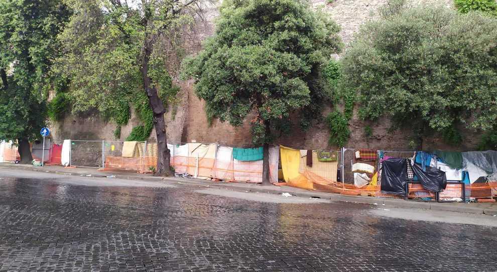La tendopoli a via di Porta San Lorenzo (foto GIANNETTI/TOIATI)