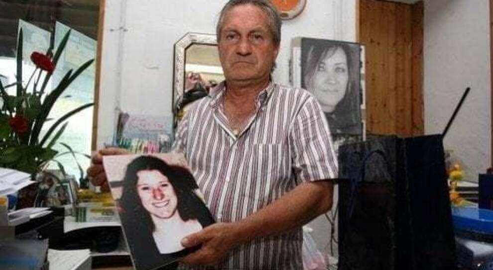 Nella foto, papà Guglielmo Mollicone, scomparso il 31 maggio scorso, con un'immagine di Serena