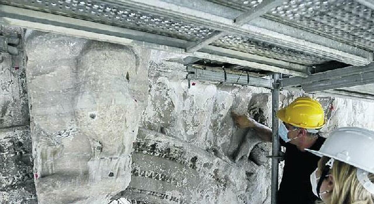 Roma, i batteri salvano l'Arco di Settimio Severo con un restauro «bio»: scoperta una porta segreta